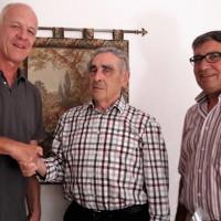 Zusammen mit Vorstandsmitglied Elmar Maag (rechts) besuchte Eberhard Götz, 1. Vorsitzender, den Jubilar Erwin Rothenbucherer