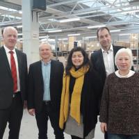 Lothar Hartmann (Zweiter von links) Nachhaltigkeitsmanager bei memo, den SPD-Kreisräten Eberhard Götz (links), Joachim Eck (Zweiter von rechts) und Sonja Ries (rechts) das Lager. In der Mitte Christine Haupt-Kreutzer, Landratskandidatin der SPD.